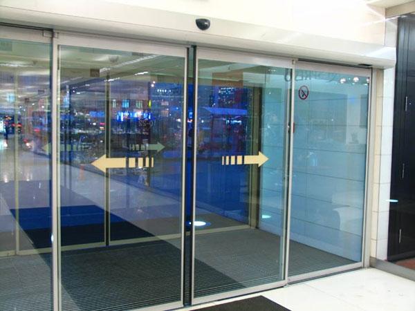 Автоматические стеклянные двери с откатыванием створок в разные стороны.