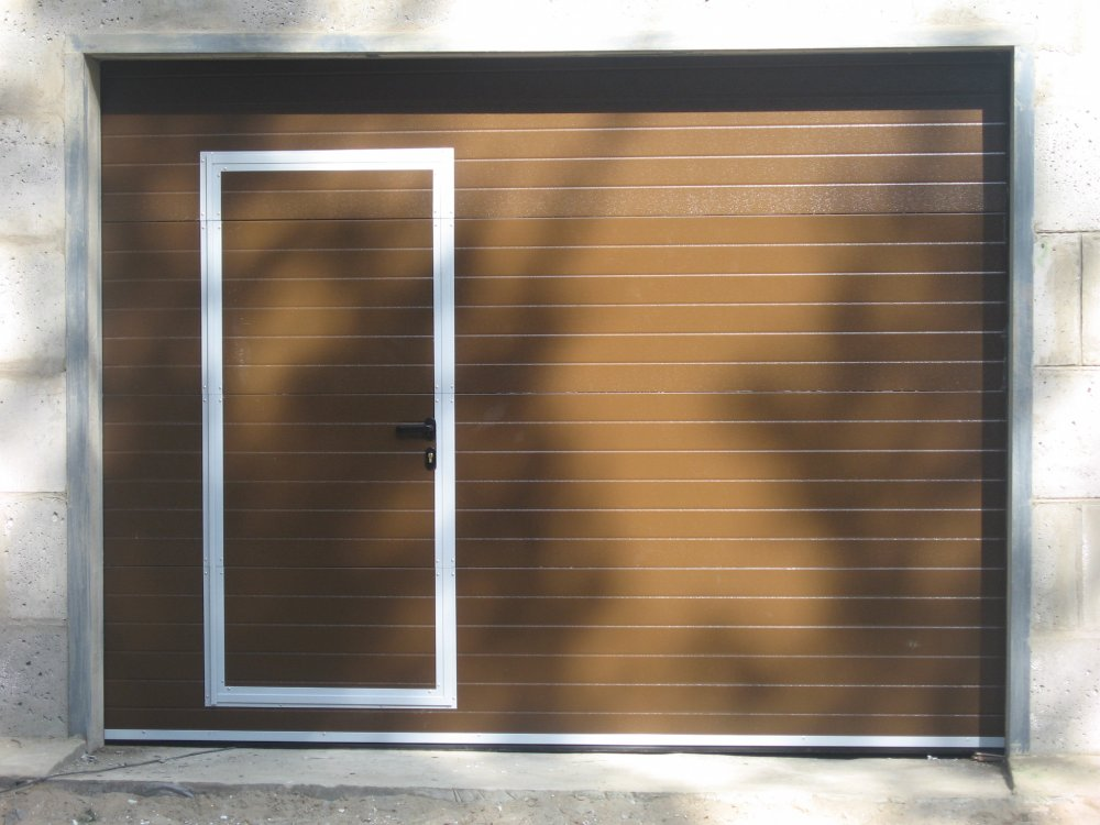 Ворота секционные подъемные с калиткой